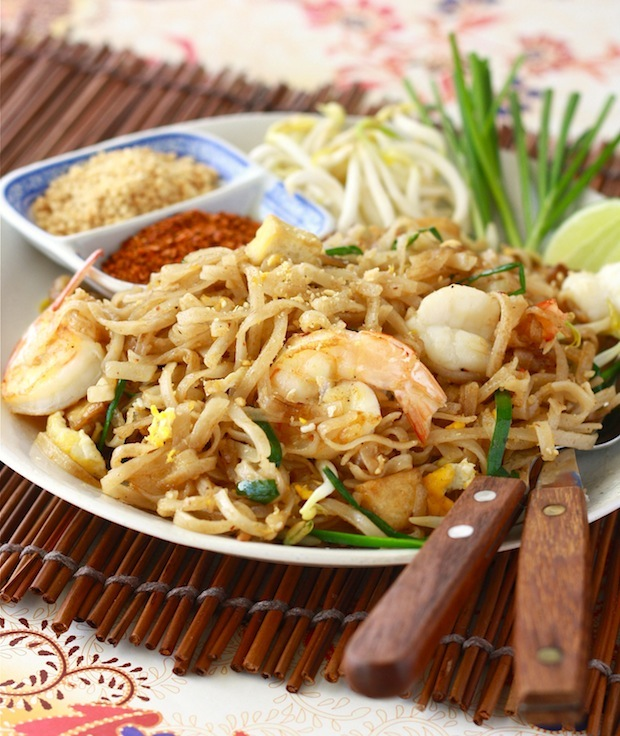Authentic shrimp Pad Thai recipe by SeasonWithSpice.com