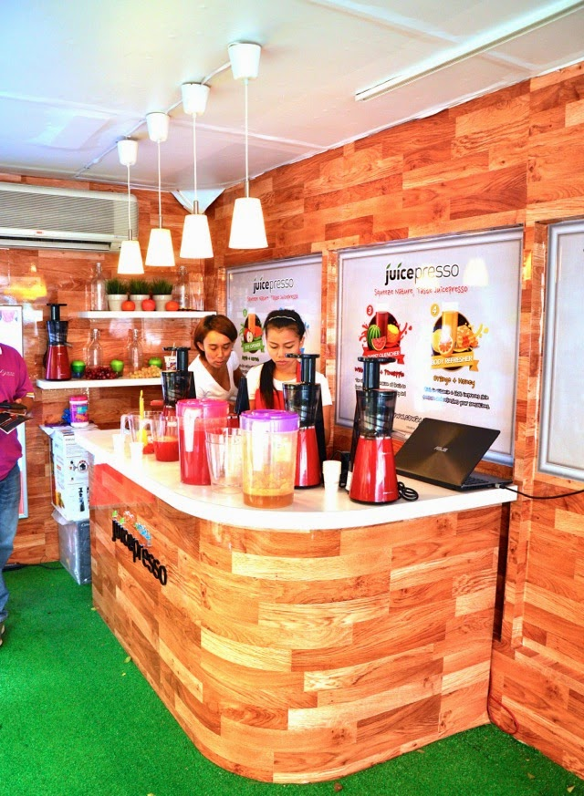 Coway promoters at the Coway Juicepresso Slow Juicer Station