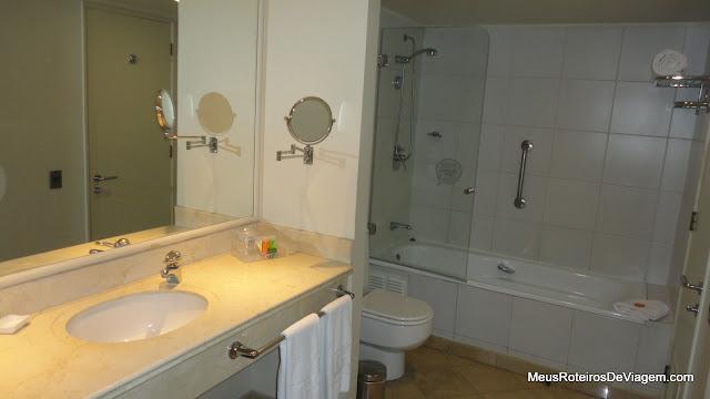 Banheiro do quarto do hotel NH Ciudad de Santiago