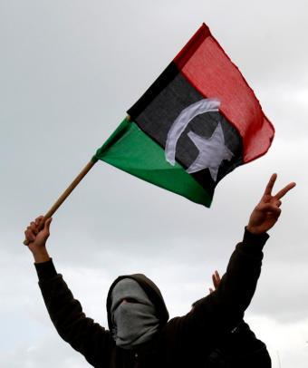 Libio portando una bandera rebelde