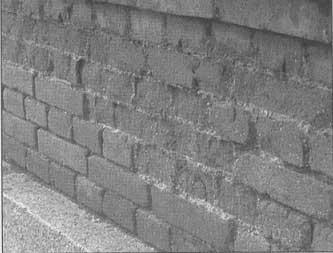 Desmoronamiento del enfoscado de cemento por la dilatación, las heladas y el abandono del propietario.