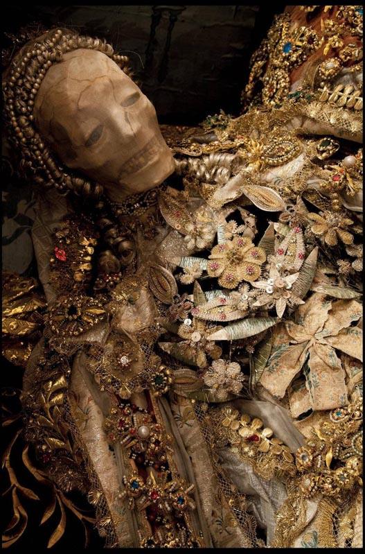 Esqueletos con joyas incrustadas de 400 años de antigüedad europa