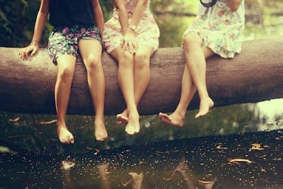 happy three friends en espanol: