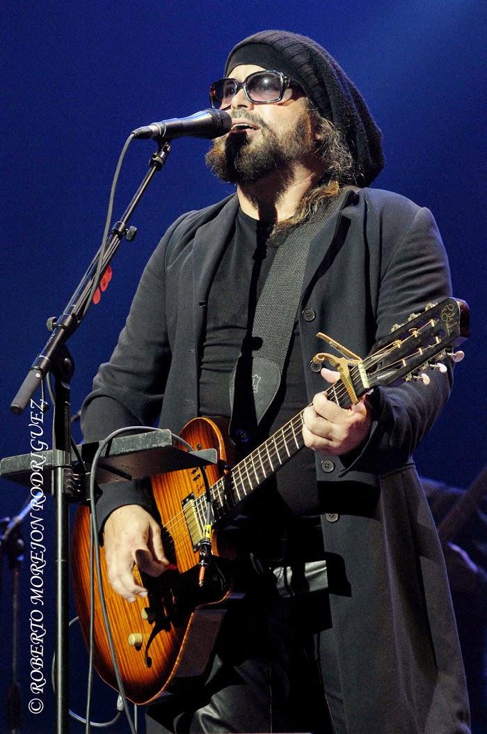 Carlos Varela durante el espectacular concierto ofrecido por la banda española Chambao en el habanero teatro Karl Marx,