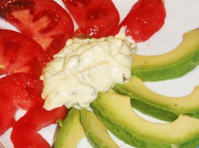 ensalada con salsa de pepinillos y alcaparras
