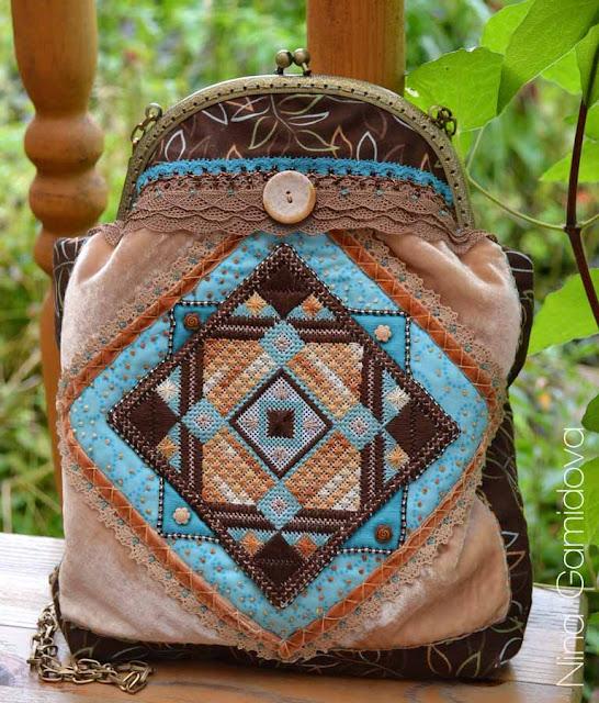 Сумочка с фермуаром. Украшена вышивкой по канве, бисером, кружевом, декоративными швами.