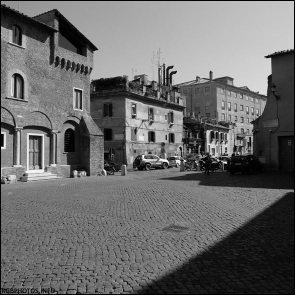 Fotografia in bianco e nero di Piazza Santa Cecilia a Trastevere