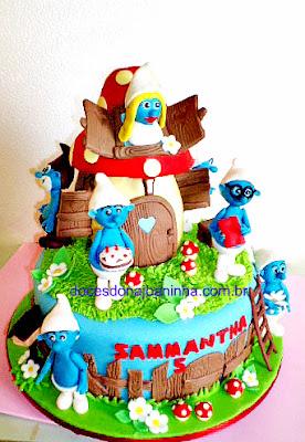 Bolo decorado com a turma dos Smurfs na Casinha Cogumelo