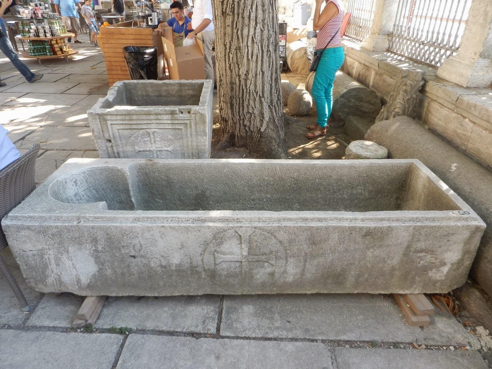 Таинственные каменные саркофаги, вырезанные внутри форме человеческого тела, Собор Святой Софии, Стамбул, Турция