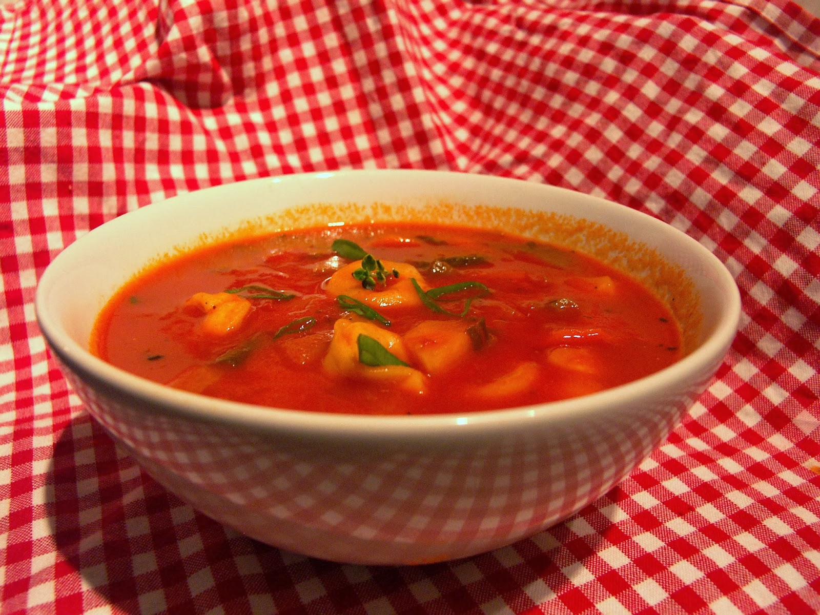 suppensonntag tomaten gem sesuppe mit tortellini. Black Bedroom Furniture Sets. Home Design Ideas