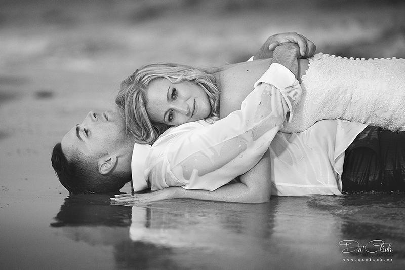 pareja de novios en postboda de playa