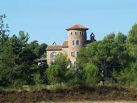 Detall de la façana oriental amb finestres de punt rodó de la Torre de Cal Boixader