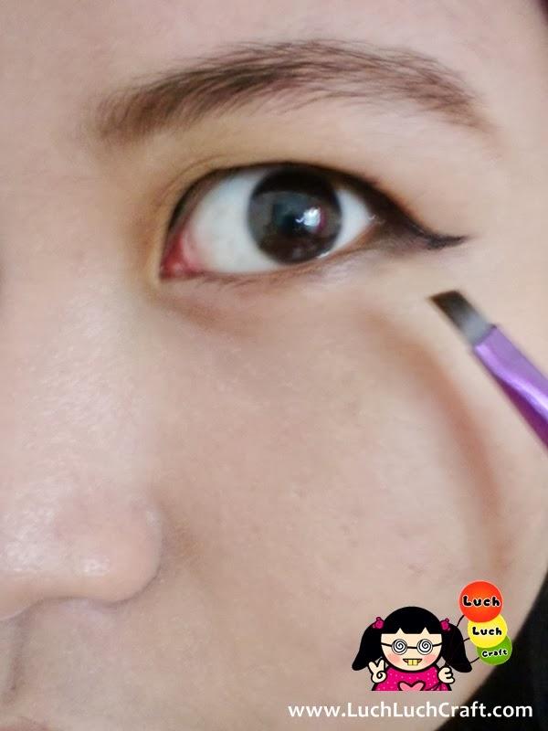 cara memakai eyeliner dangan mudah