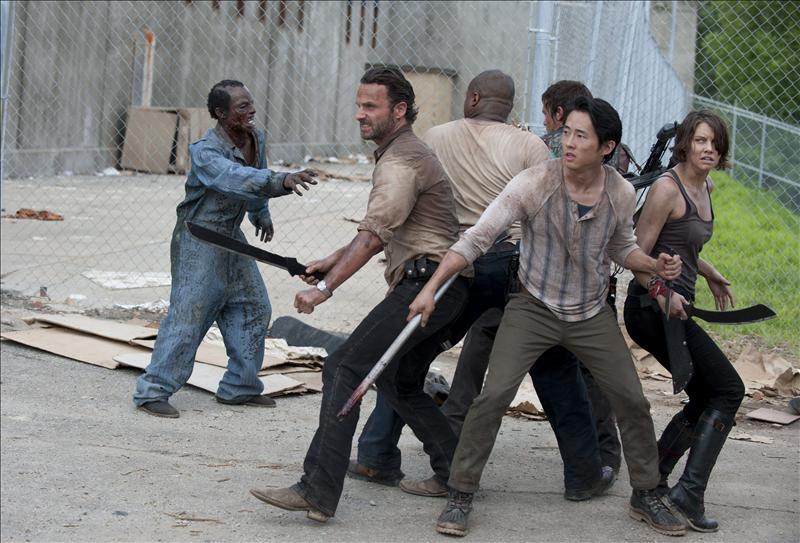 Spalla contro spalla, Rick e i suoi amici fronteggiano la mandria di zombie nel carcere