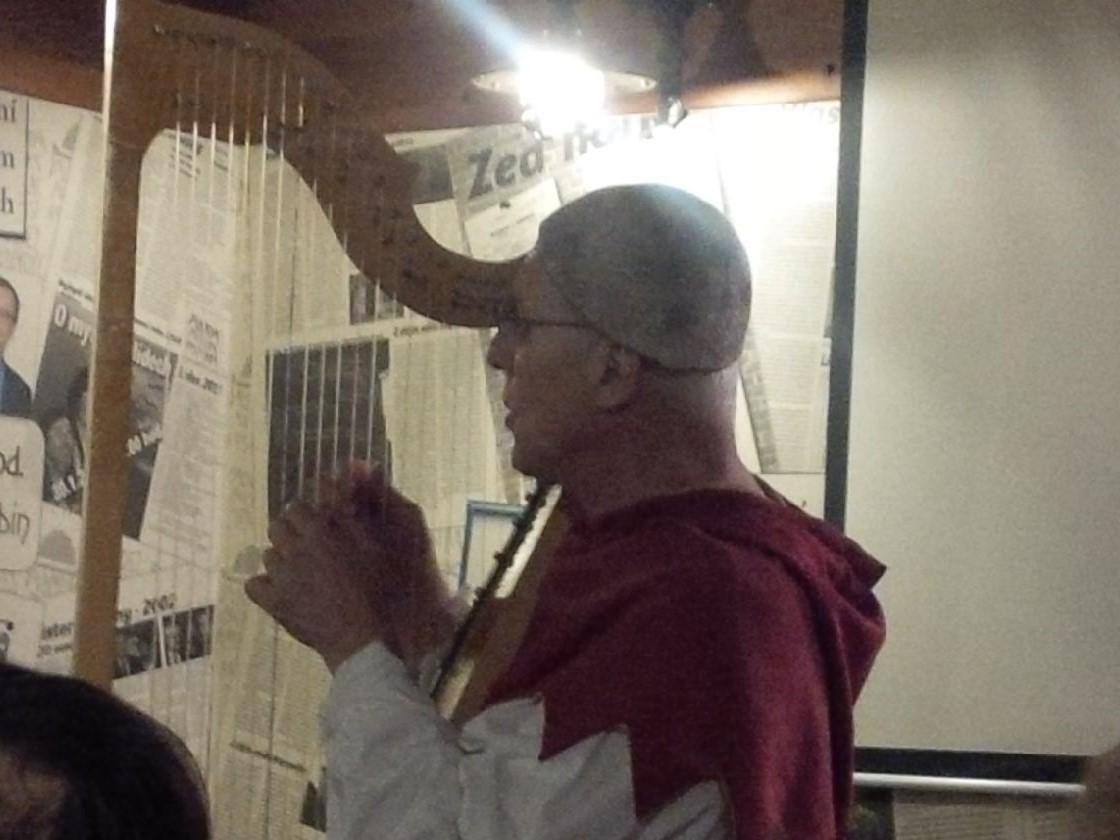 Tomas Najbrt mit einem seiner ungezählten Musikinstrumente