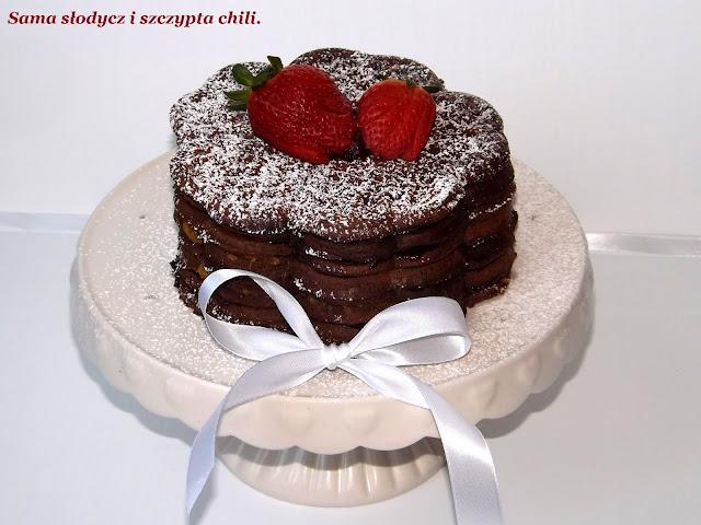 Gofrowy torcik alla brownie  z konfiturą pomarańczową i śliwką w czekoladzie.