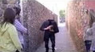 بالفيديو..ساحر يثير الذعر فى شوارع أمريكا بعد إسقاطه رأسه عدة مرات