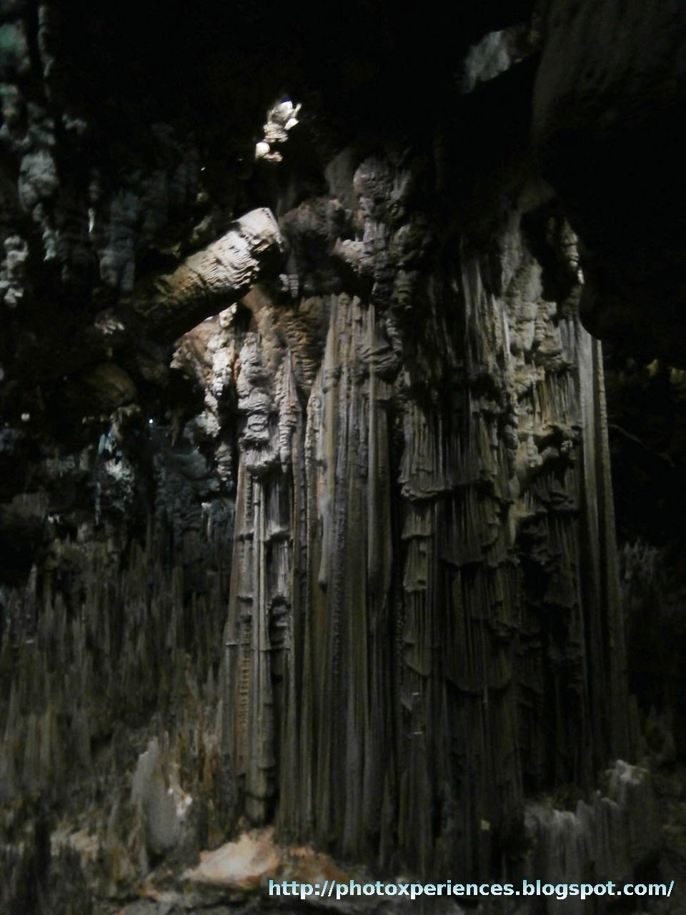 The greatest column of the world, in the caves of Nerja. Detalle de la columna más grande del mundo, en las cuevas de Nerja.
