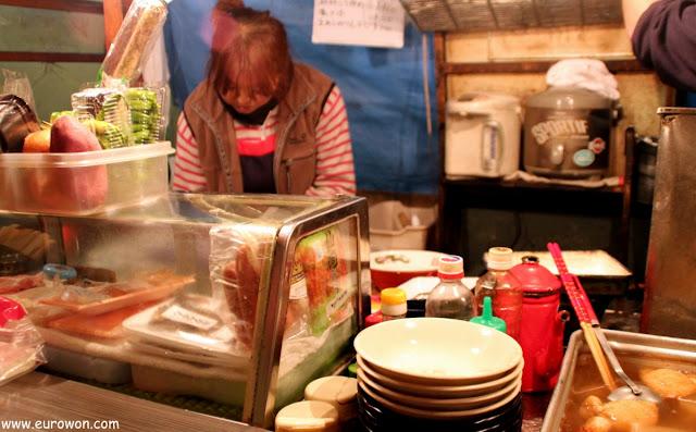 Japonesa cocinando en un Yatai de Fukuoka