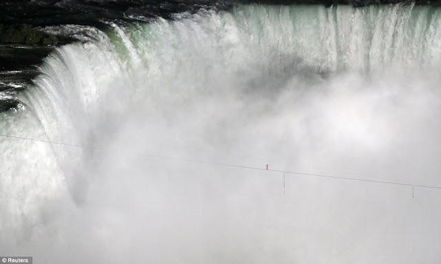 Menyebrangi Air Terjun Niagara Diatas Sebuah Kabel Baja [ www.BlogApaAja.com ]
