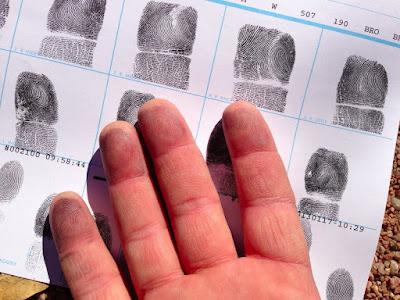 اختراق بصمات الأصابع و البيانات الشخصية