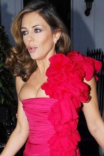 Liz Hurley w żle dobranym staniku. Liz Hurley in a badly fitted bra.