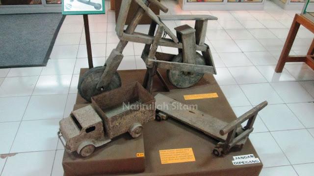 Berbagai miniatur alat transportasi