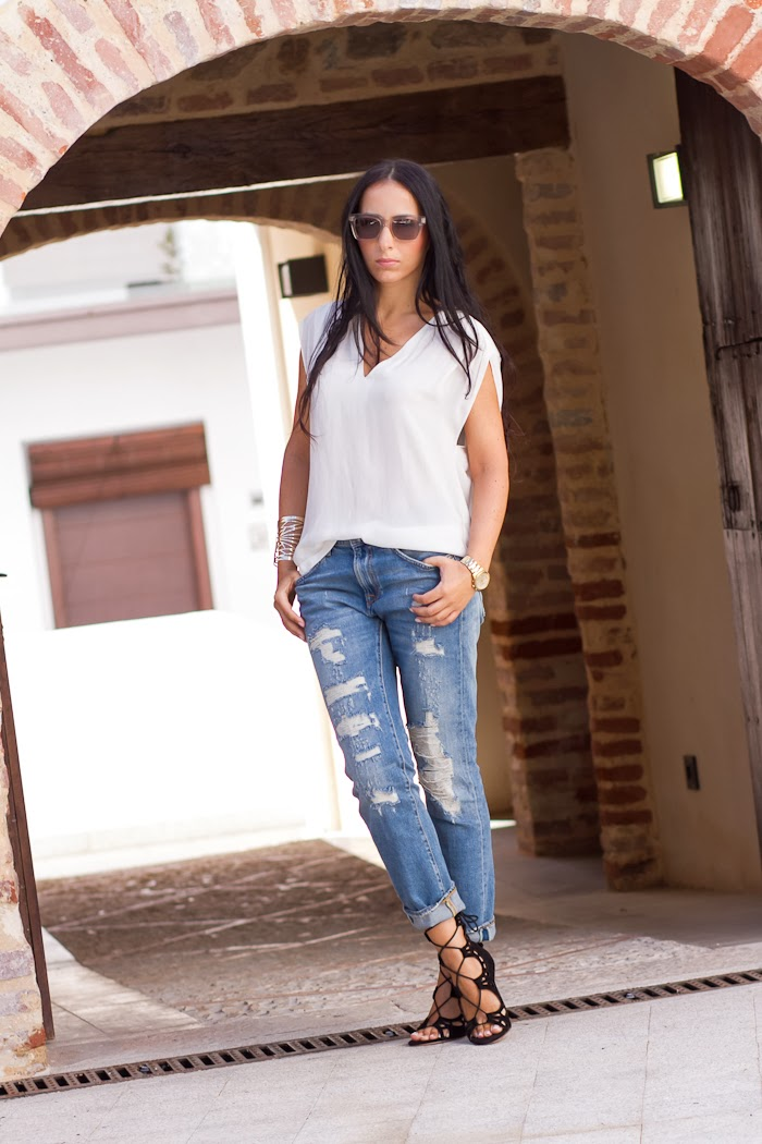 SIMPLE BUT CHIC: DISTRESSED JEANS & LACE-UP HEELS