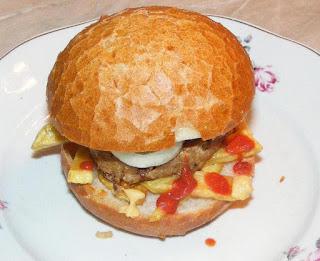 hamburger, hamburgeri, hamburgeri de casa, sandwich, burger, cheeseburger, barbecue, fripturi, retete pentru gratar, retete, retete culinare, retete de mancare, fast food, reteta hamburger, retete hamburger, hamburgeri americani, hamburger american, gustari, retete straine, retete traditionale americane, mancare americana, hamburger de porc, hamburger de vita, hamburger de curcan, gratare,