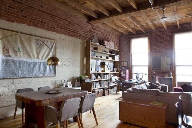 Drewnianyu sufit i ściana z cegły