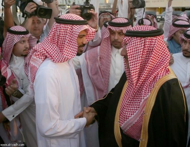 الملك سلمان يقلد الخالدي وسام الملك عبد العزيز
