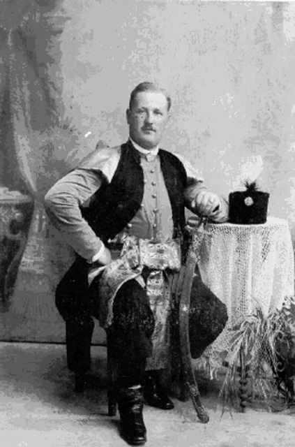 Mieszkaniec dworu w Pile, Zygmunt Szybalski w kontuszu - fotografia z lat 30. XX wieku. Fot. udostępnił Stanisław Szybalski.