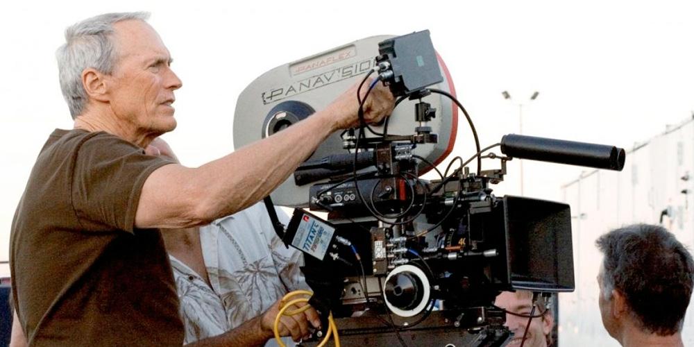 clint eastwood como diretor de cinema operando uma câmera cinematográfica no set do filme Os Imperdoáveis