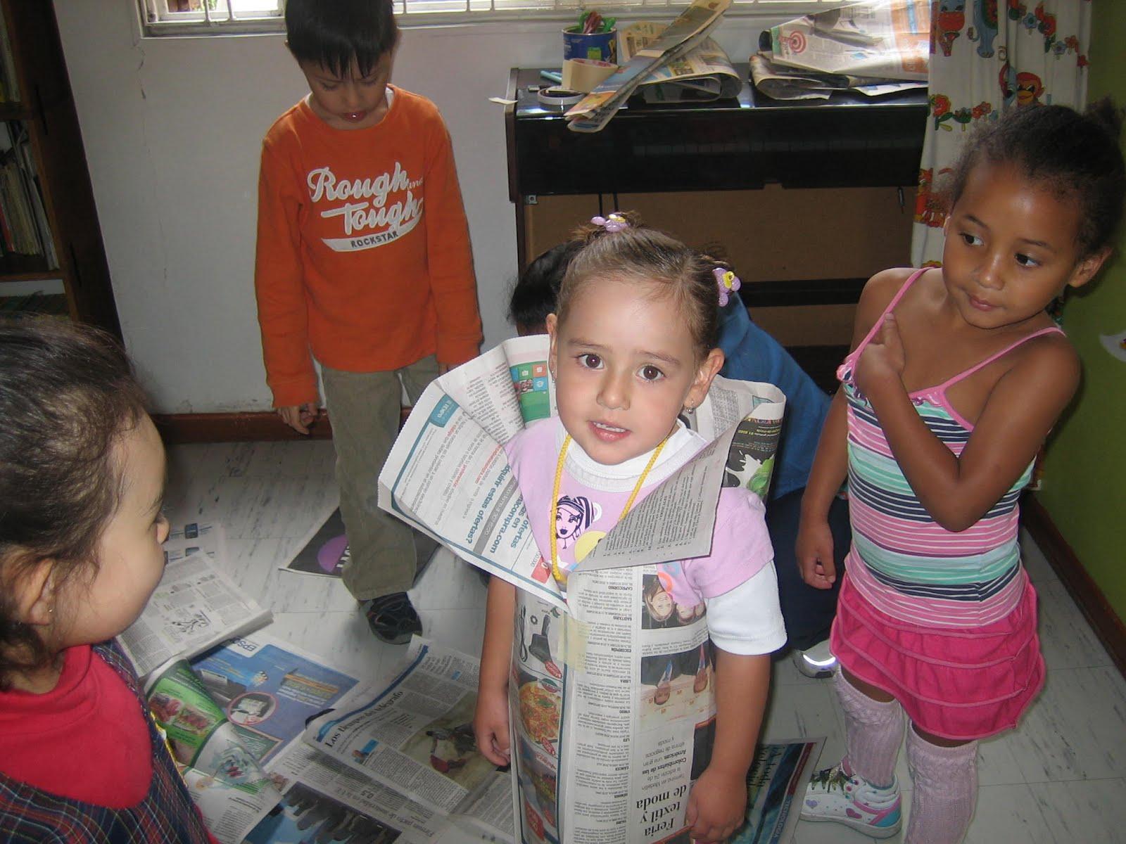 Nuestro honguito trajes en papel peri dico for Jardin infantil serrano 78