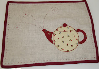 Mantel individual de patchwork con dibujo de tetera.
