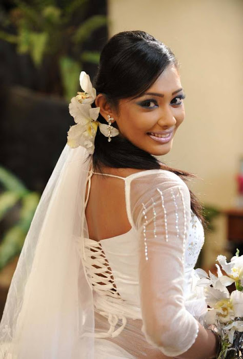 yureni noshika in sri lankan country bridal dress