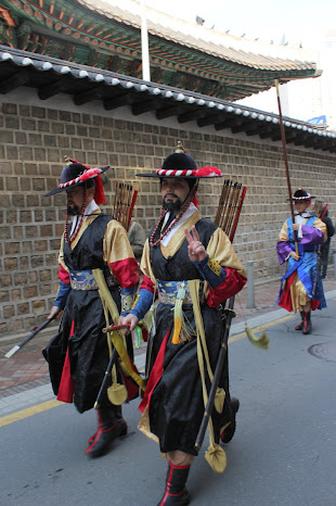 Final del cambio de guardia tradicional en los palacios coreanos