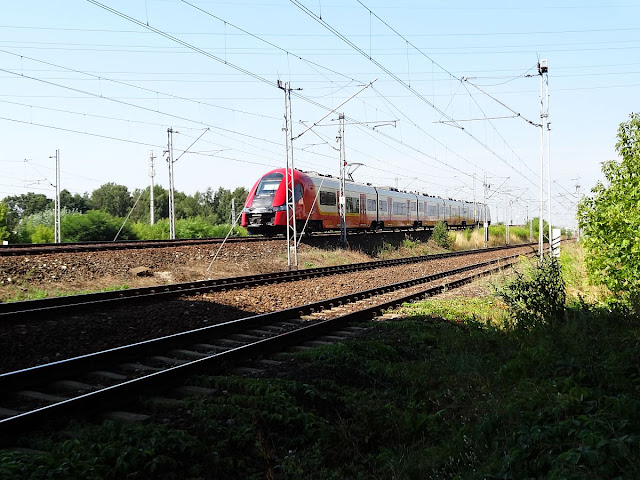 Linia kolejowa nr 2 w okolicy wiatuktu z rurociągiem ciepłowniczym
