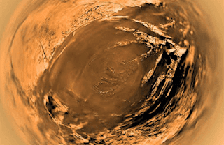 فوهة بركان بأحد جبال تيتان