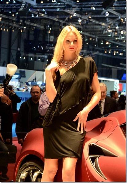 Chica sexy vendedora de autos Atraccion360