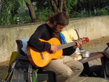 S kytarou u vody