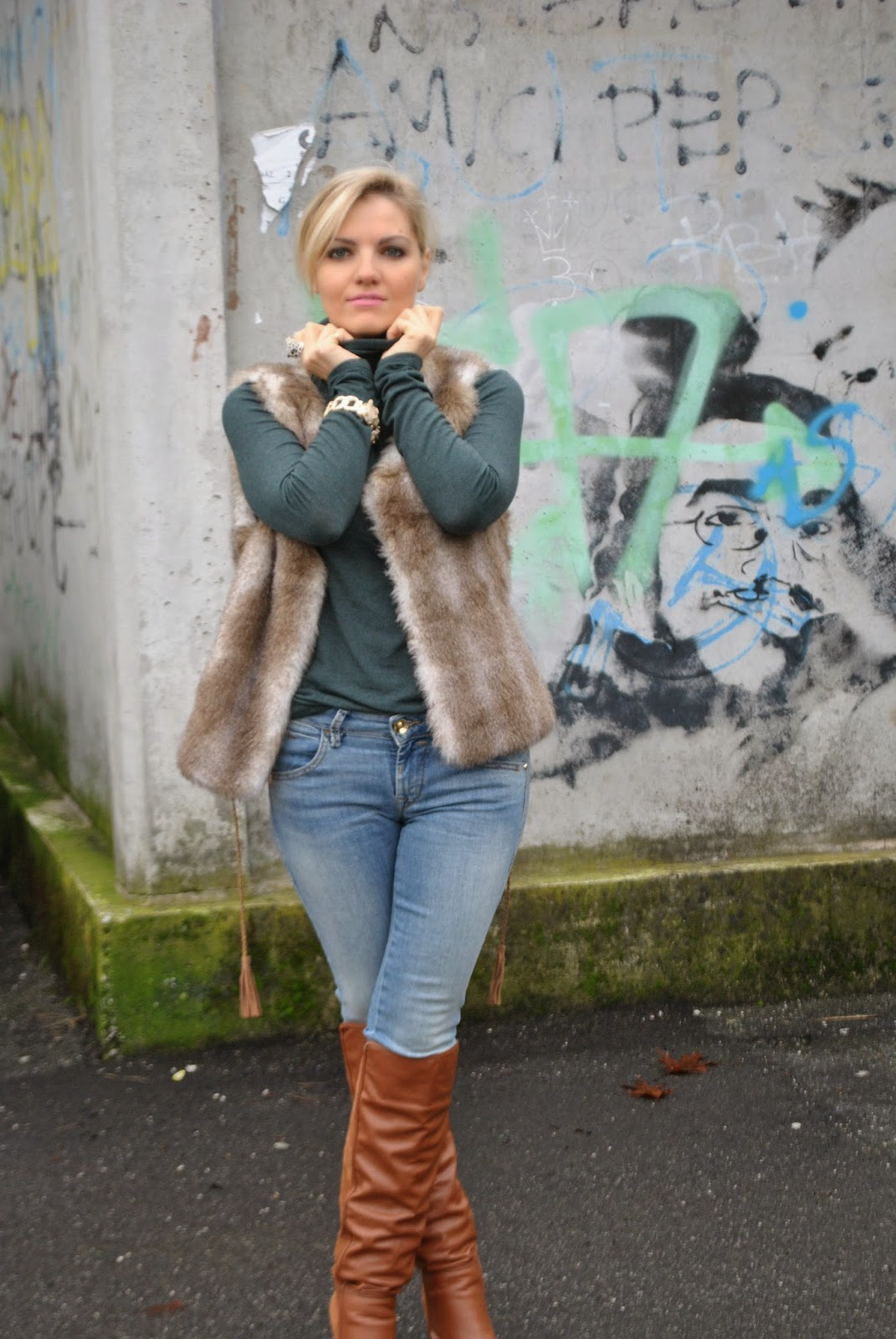 outfit jeans e tacchi outfit jeans  e maglione a collo alto outfit gilet di pelliccia abbinamenti jeans e tacchi abbinamenti stivali al ginocchio how to wear jeans and heels how to wear fur vest majique london bracelet bracciale majique london fashion blogger italiane fashion blogger bionde mariafelicia magno color block by felym outfit invernali outfit dicembre 2014 outfit eleganti invernali december outfits winter outfits