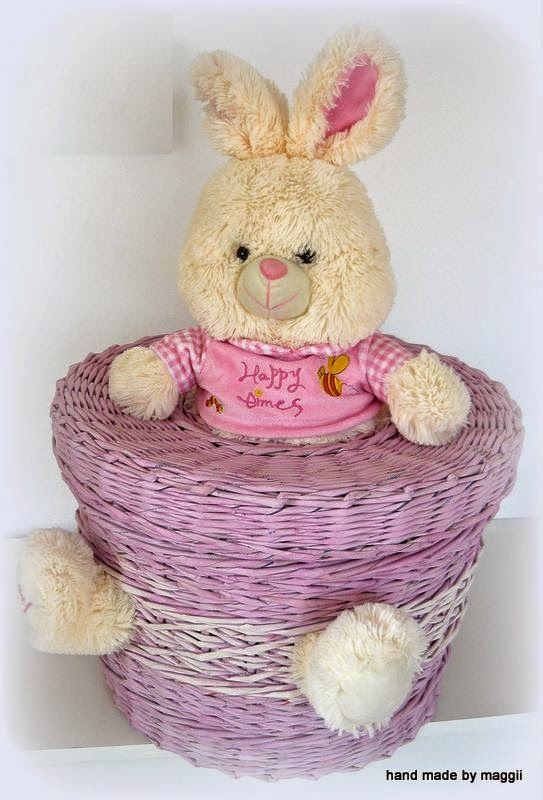 Różowy kosz i króliczek