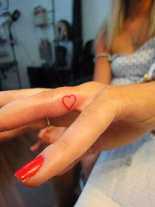 chica elegante con los dedos tatuados