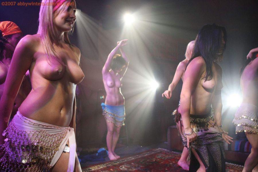 фото танцы голые девушки