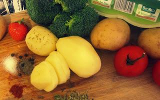 Zutaten (für zwei Personen + ein kleiner Vielfraß): 3 Rispentomaten, nach belieben Brokkoli, 6 Eier, gut Salz, Pfeffer, Thymian, Paprikapulver (auch italienische Kräuter möglich, sollten aber hitzebständig sein - von Basilikum wird daher nicht viel Geschmack übrig bleiben)