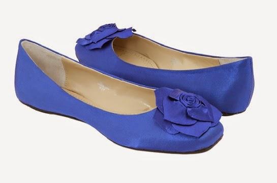 Flat Shoes Kebesaran? Akali dengan Cara Ini!