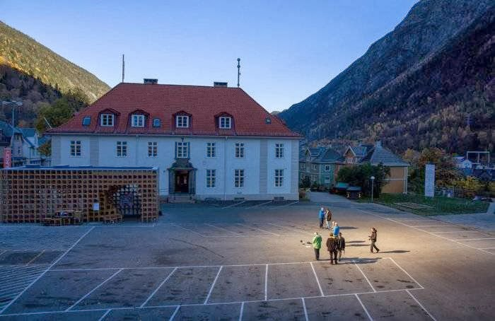 The Norwegian town of Rjukan will be a lot less gloomy this winter, thanks to a system of giant mirrors installed on a nearby mountain that reflects sunlight onto the town below