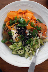 Korealainen bibimbap kasviksilla ja kananmunalla