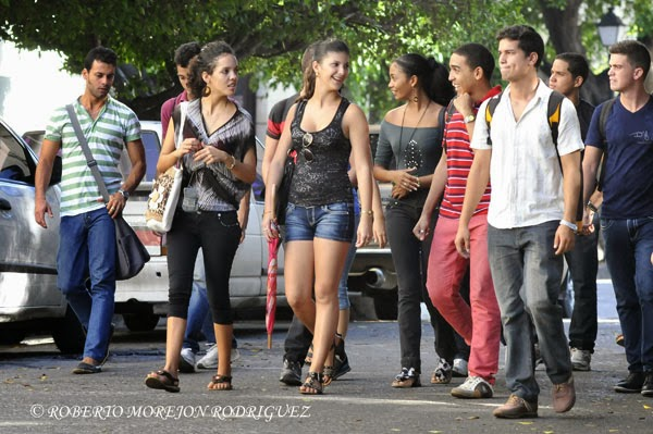 Estudiantes en una de las calles interiores de la Universidad de La Habana, Cuba,